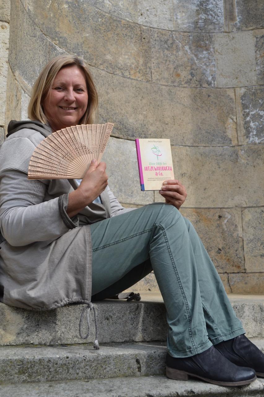Die Autorin mit ihrem Buch